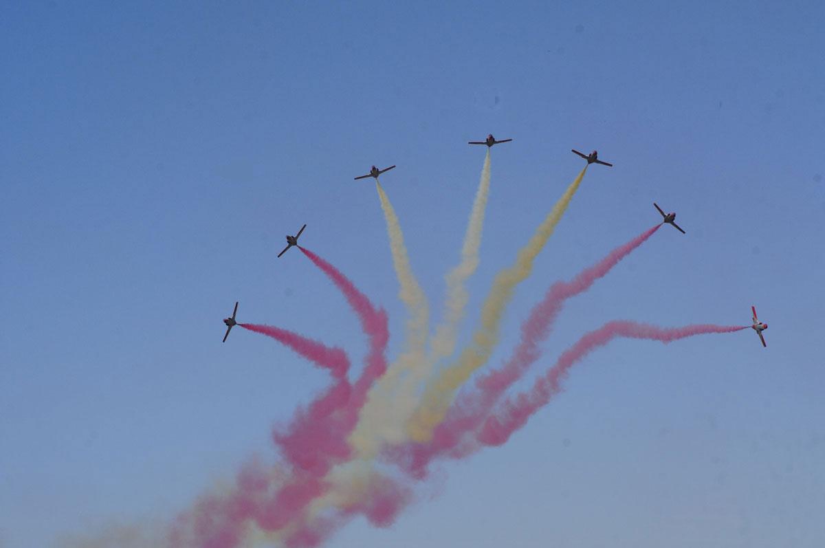 Paris se llena de acrobacias aéreas
