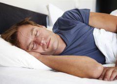 Si duermes con la televisión encendida, vas a engordar